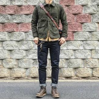 Как и с чем носить: оливковая полевая куртка, желтая рубашка с длинным рукавом в шотландскую клетку, темно-синие джинсы, темно-коричневые кожаные рабочие ботинки