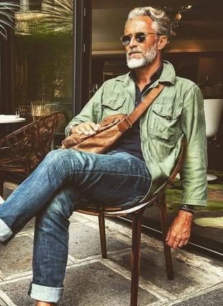 Как и с чем носить: оливковая полевая куртка, темно-синяя рубашка с длинным рукавом, синие джинсы, коричневая кожаная сумка почтальона