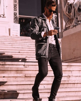 Как и с чем носить: темно-серая полевая куртка, белая рубашка с длинным рукавом, черные зауженные джинсы, черные кожаные ботинки челси
