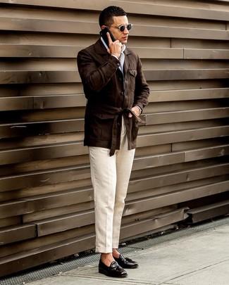 Как и с чем носить: темно-коричневая льняная полевая куртка, белая рубашка с длинным рукавом, бежевые льняные классические брюки, черные кожаные лоферы с кисточками