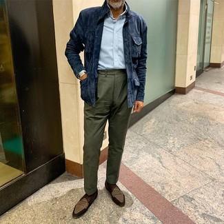 Как и с чем носить: темно-синяя замшевая полевая куртка, голубая рубашка с длинным рукавом, темно-зеленые классические брюки, коричневые замшевые лоферы