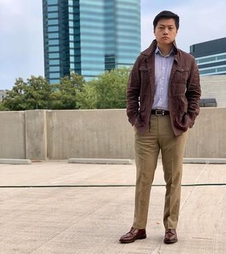 Как и с чем носить: темно-коричневая льняная полевая куртка, пурпурная рубашка с длинным рукавом в вертикальную полоску, светло-коричневые классические брюки, коричневые кожаные ботинки броги
