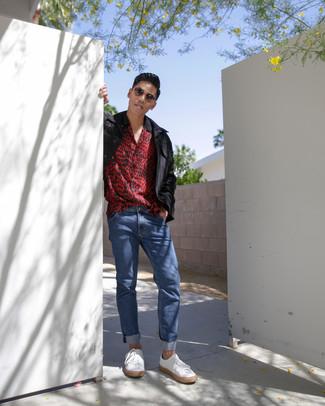 Как и с чем носить: черная полевая куртка, красная рубашка с коротким рукавом с леопардовым принтом, синие джинсы, белые кожаные низкие кеды