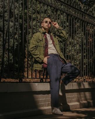 Мужские луки: Поклонникам стиля casual полюбится сочетание оливковой полевой куртки и темно-синих брюк чинос. Чтобы образ не получился слишком вычурным, можешь дополнить его белыми кожаными низкими кедами.