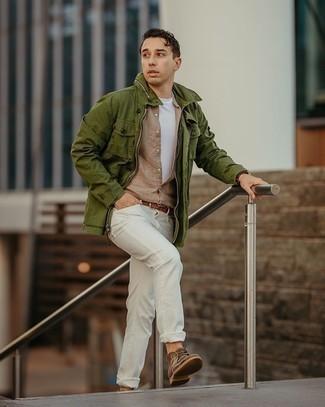 Мужские луки: Оливковая полевая куртка и белые джинсы — идеальный выбор, если ты хочешь составить раскованный, но в то же время стильный мужской образ. Что до обуви, коричневые замшевые ботинки дезерты — наиболее достойный вариант.