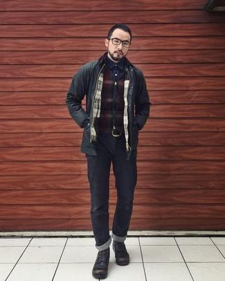 Как и с чем носить: черная полевая куртка, темно-красный свитер на молнии в клетку, темно-синяя джинсовая рубашка, черные джинсы