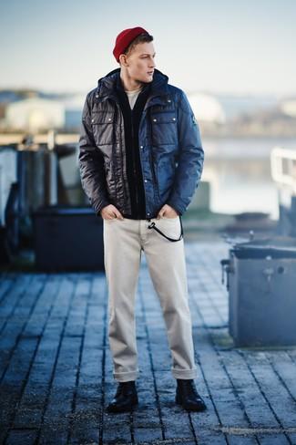 Как и с чем носить: темно-синяя полевая куртка, темно-синий свитер на молнии, белая футболка с круглым вырезом, бежевые джинсы
