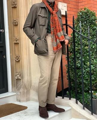 Как и с чем носить: коричневая полевая куртка, темно-зеленый свитер с воротником поло, светло-коричневые классические брюки, темно-коричневые замшевые ботинки дезерты