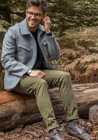 Как и с чем носить: серая шерстяная полевая куртка, черный свитер с круглым вырезом, оливковые брюки чинос, темно-коричневые кожаные повседневные ботинки
