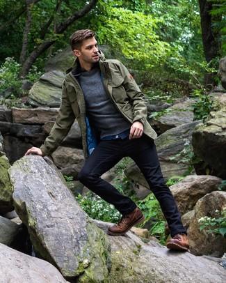 Как и с чем носить: оливковая полевая куртка, темно-серый свитер с круглым вырезом, синяя джинсовая рубашка, темно-синие джинсы