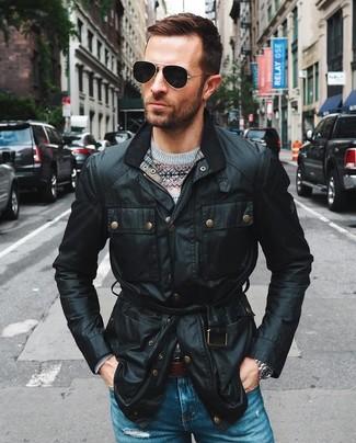 Как и с чем носить: черная полевая куртка, серый свитер с круглым вырезом с жаккардовым узором, синие рваные джинсы, темно-коричневый кожаный ремень
