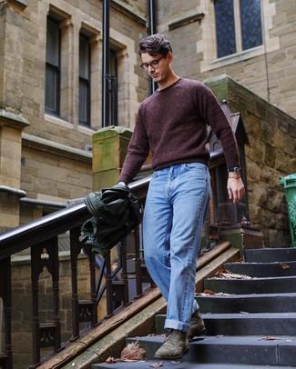 Темно-красный свитер с круглым вырезом: с чем носить и как сочетать мужчине: Сочетание темно-красного свитера с круглым вырезом и голубых джинсов позволит составить модный мужской ансамбль. Весьма неплохо здесь выглядят оливковые замшевые ботинки броги.