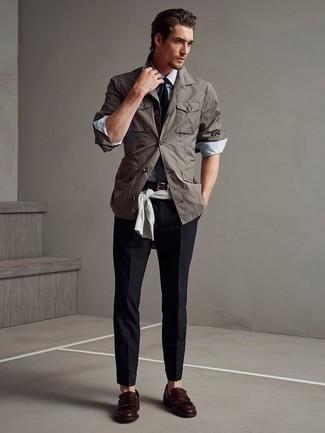 Серый свитер с круглым вырезом: с чем носить и как сочетать мужчине: Создав образ из серого свитера с круглым вырезом и темно-синих брюк чинос, можно с уверенностью идти на свидание с возлюбленной или вечер с приятелями в расслабленной обстановке. Любишь экспериментировать? Заверши ансамбль темно-красными кожаными лоферами c бахромой.