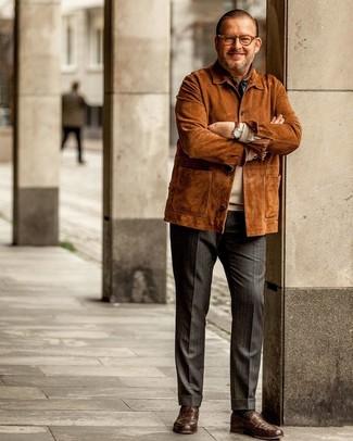 Как и с чем носить: табачная замшевая полевая куртка, бежевый свитер с круглым вырезом, темно-серые классические брюки в вертикальную полоску, коричневые кожаные лоферы