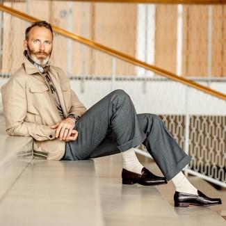Как и с чем носить: бежевая полевая куртка, серый свитер с круглым вырезом, серые классические брюки, темно-коричневые кожаные лоферы