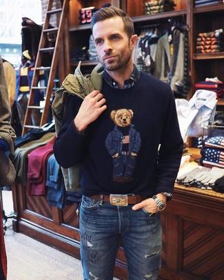 Как и с чем носить: оливковая полевая куртка, темно-синий свитер с круглым вырезом с принтом, темно-синяя рубашка с длинным рукавом в шотландскую клетку, синие рваные джинсы