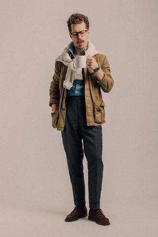 Модный лук: светло-коричневая полевая куртка, бежевый свитер с круглым вырезом, синяя рубашка с коротким рукавом из шамбре, темно-серые классические брюки