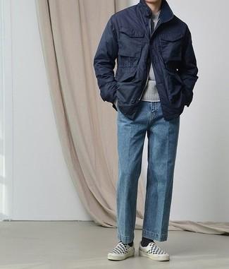 Модные мужские луки 2020 фото: Фанатам повседневного стиля полюбится дуэт темно-синей полевой куртки и синих джинсов. Весьма выигрышно здесь будут выглядеть черно-белые слипоны из плотной ткани в клетку.