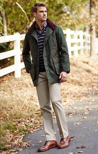 Как и с чем носить: оливковая полевая куртка, темно-синий свитер с v-образным вырезом в горизонтальную полоску, темно-синяя рубашка с длинным рукавом в шотландскую клетку, бежевые классические брюки