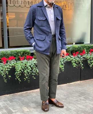 Как и с чем носить: темно-синяя льняная полевая куртка, серая футболка-поло, оливковые брюки чинос, коричневые кожаные лоферы
