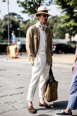С чем носить белую футболку-поло мужчине: Белая футболка-поло и белые брюки чинос — прекрасный выбор, если ты хочешь составить простой, но в то же время стильный мужской образ. Любишь экспериментировать? Заверши лук коричневыми замшевыми лоферами.