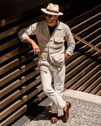 Как и с чем носить: бежевая льняная полевая куртка, черная футболка с круглым вырезом, бежевые льняные брюки чинос, коричневые кожаные лоферы с кисточками