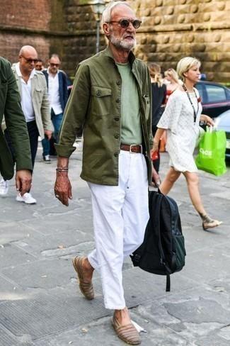 Как одеваться мужчине за 60: Оливковая полевая куртка и белые брюки чинос — необходимые вещи в арсенале джентльменов с отличным вкусом в одежде. Пара коричневых кожаных эспадрилий отлично гармонирует с остальными вещами из образа.