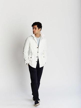 Модные мужские луки 2020 фото: Лук из белой полевой куртки и черных брюк чинос позволит реализовать в твоем луке городской стиль современного парня. Черные низкие кеды из плотной ткани помогут сделать ансамбль не таким строгим.