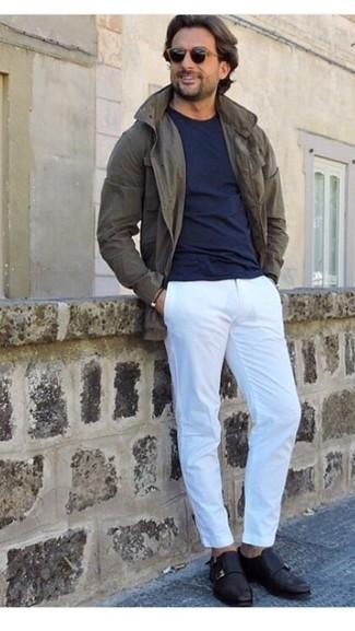 С чем носить черные солнцезащитные очки мужчине: Такое простое и комфортное сочетание вещей, как оливковая полевая куртка и черные солнцезащитные очки, придется по душе джентльменам, которые любят проводить дни активно. Любители модных экспериментов могут закончить лук черными кожаными монками с двумя ремешками, тем самым добавив в него толику классики.