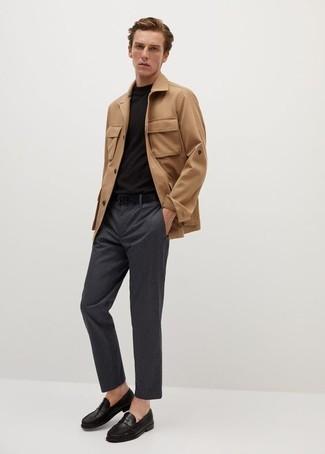 С чем носить светло-коричневую полевую куртку: Светло-коричневая полевая куртка в паре с темно-серыми брюками чинос в вертикальную полоску позволит выразить твой личный стиль и выделиться из общей массы. В паре с черными кожаными лоферами такой образ выглядит особенно выигрышно.