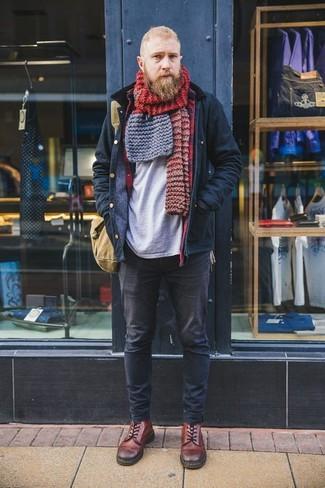 Как и с чем носить: темно-синяя полевая куртка, серая футболка с круглым вырезом, черные джинсы, коричневые кожаные повседневные ботинки