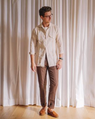 Как и с чем носить: бежевая льняная полевая куртка, белая футболка с круглым вырезом, коричневые классические брюки, табачные замшевые лоферы