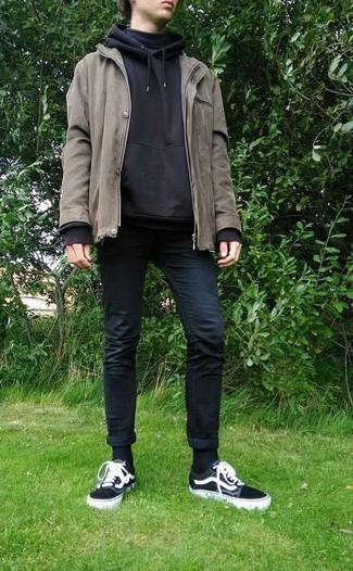 Мужские луки: Серая полевая куртка и темно-синие зауженные джинсы надежно закрепились в гардеробе современных парней, позволяя создавать яркие и функциональные луки. Вкупе с этим образом идеально будут смотреться черно-белые низкие кеды из плотной ткани.
