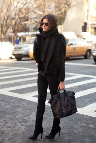 Как и с чем носить: черное полупальто, черная меховая безрукавка, темно-синяя футболка с длинным рукавом, черные джинсы скинни