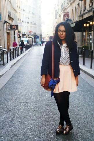 Как и с чем носить: темно-синее полупальто, бежевая блуза с коротким рукавом с принтом, бежевая короткая юбка-солнце, темно-коричневые кожаные оксфорды