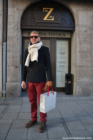 Как и с чем носить: черное полупальто, темно-красные брюки чинос, коричневые кожаные повседневные ботинки, бежевый вязаный шарф