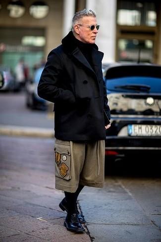 Как Nick Wooster носит Черное полупальто, Бежевые шерстяные брюки чинос, Черные кожаные туфли дерби, Черный вязаный шарф