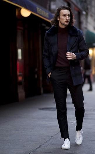 Как и с чем носить: темно-синее полупальто, темно-красная водолазка, черные брюки чинос, белые низкие кеды из плотной ткани