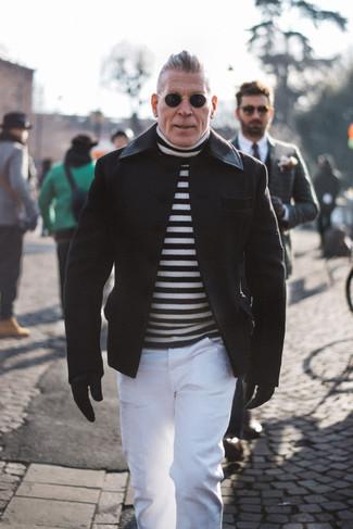 Как и с чем носить: черное полупальто, бело-черная водолазка в горизонтальную полоску, белые брюки чинос, черные кожаные перчатки