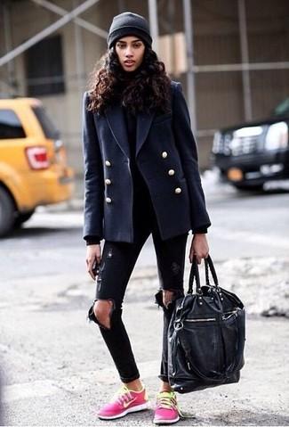 Как и с чем носить: темно-синее полупальто, черная водолазка, черные рваные джинсы скинни, ярко-розовые низкие кеды