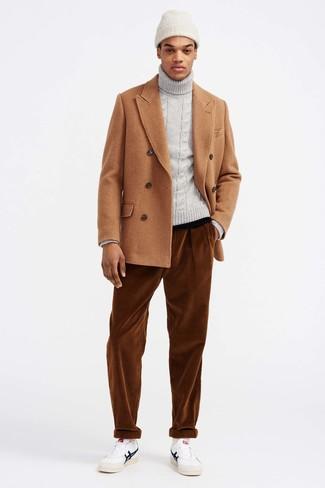 Как и с чем носить: светло-коричневое полупальто, серая вязаная водолазка, табачные вельветовые джинсы, белые кожаные низкие кеды