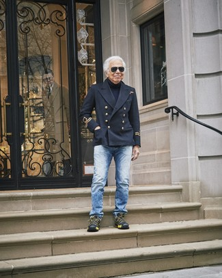 Как и с чем носить: черное полупальто, темно-синяя водолазка, синие джинсы, черные кроссовки