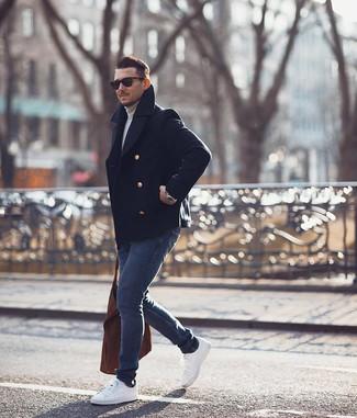 Как и с чем носить: темно-синее полупальто, серая водолазка, темно-синие зауженные джинсы, белые низкие кеды