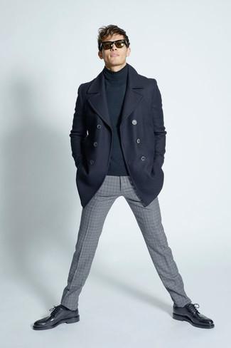 Как и с чем носить: темно-синее полупальто, темно-серая водолазка, серые шерстяные классические брюки в клетку, черные кожаные броги