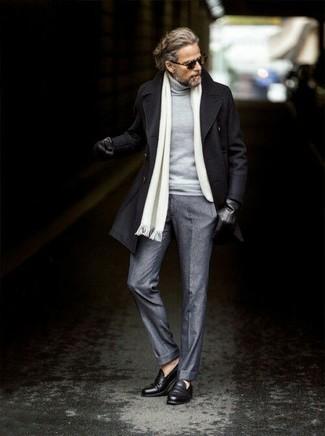 Как и с чем носить: черное полупальто, серая водолазка, серые шерстяные классические брюки, черные кожаные лоферы