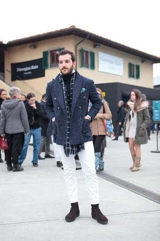 Как и с чем носить: темно-синее полупальто, черная водолазка, белая рубашка с длинным рукавом, белые брюки чинос