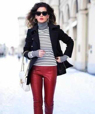 Как и с чем носить: черное полупальто, бело-черная водолазка в горизонтальную полоску, красные кожаные узкие брюки, белая кожаная стеганая сумка-саквояж