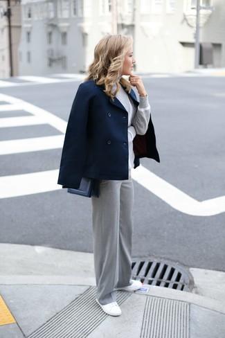Как и с чем носить: темно-синее полупальто, серая водолазка, серые широкие брюки, белые низкие кеды из плотной ткани