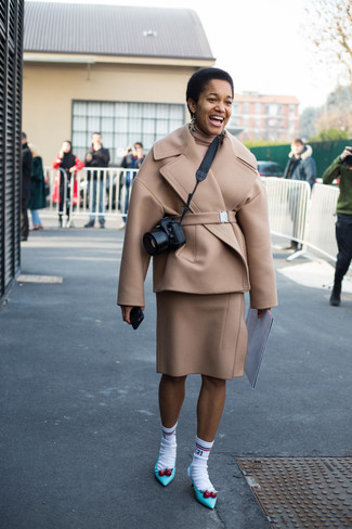 Как и с чем носить: бежевое полупальто, бежевая водолазка, бежевая шерстяная юбка-карандаш, бирюзовые кожаные туфли