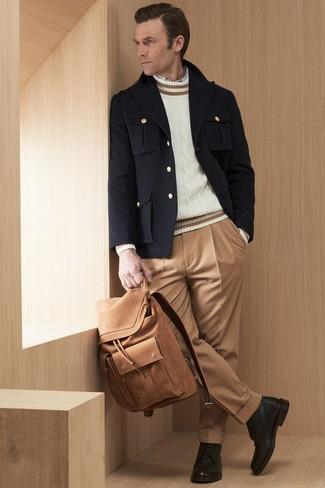 Как и с чем носить: черное полупальто, белый вязаный свитер, белая рубашка с длинным рукавом, светло-коричневые классические брюки